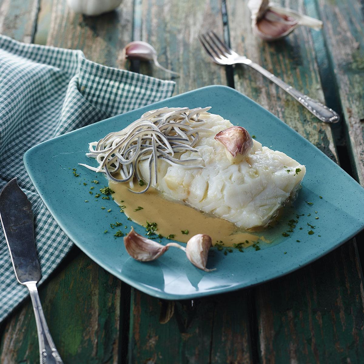 Bacalao confitado con gulas y crema de ajos Recetas de la Escuela de Cocina TELVA