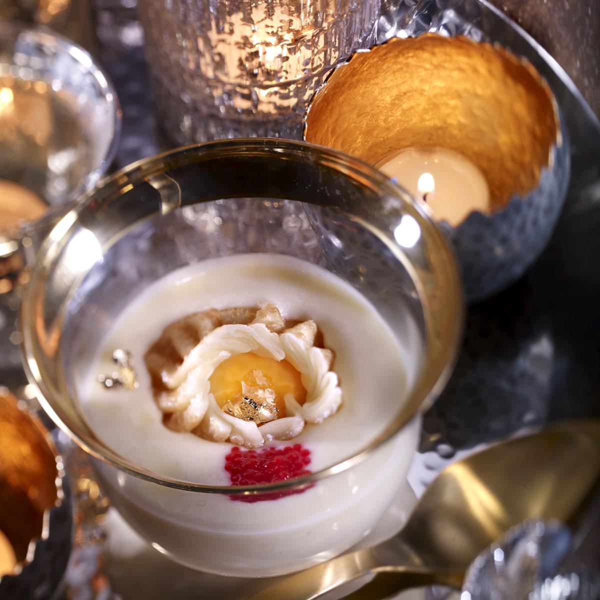 Crema de huevo con caviar, yema crujiente y tejas