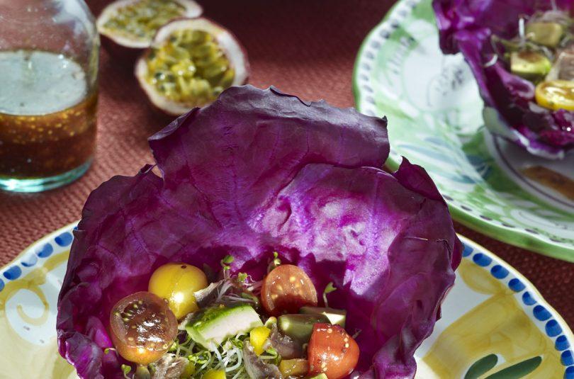 Ensalada de lombarda, aguacate y tomate