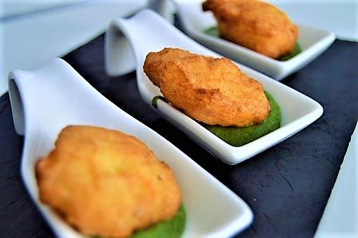 Buñuelos de bacalao con crema de espinacas