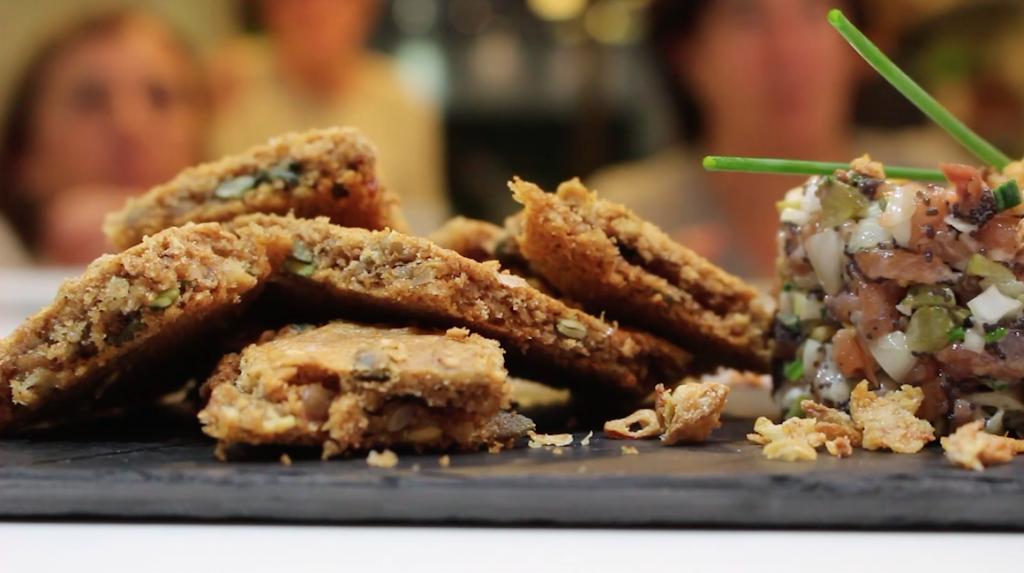Tartar de salmón con crackers - Escuela de cocina TELVA - Recetas - Sesé San Martín - Blog de recetas