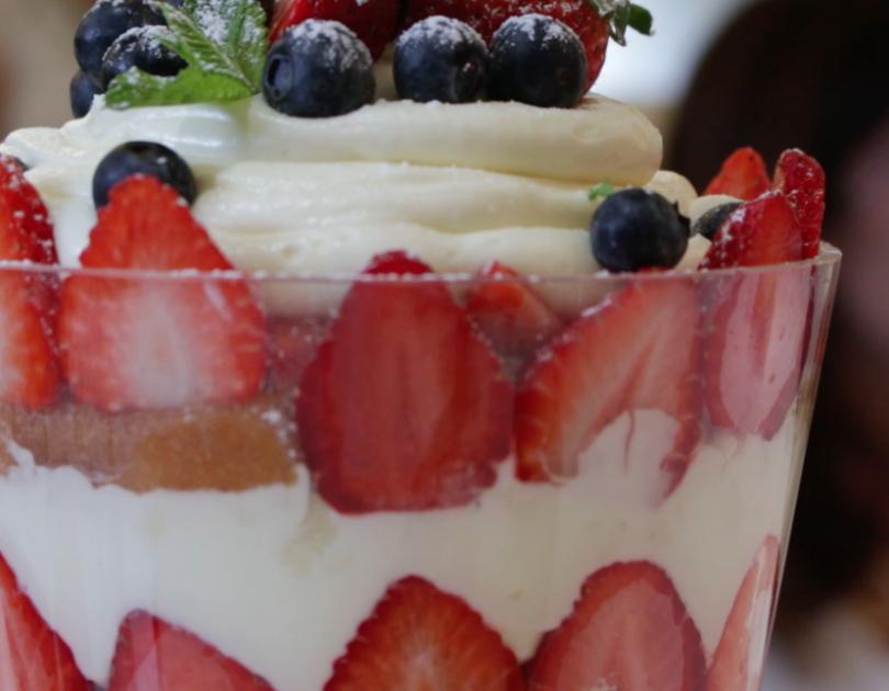 Triffle de fresas y chocolate blanco