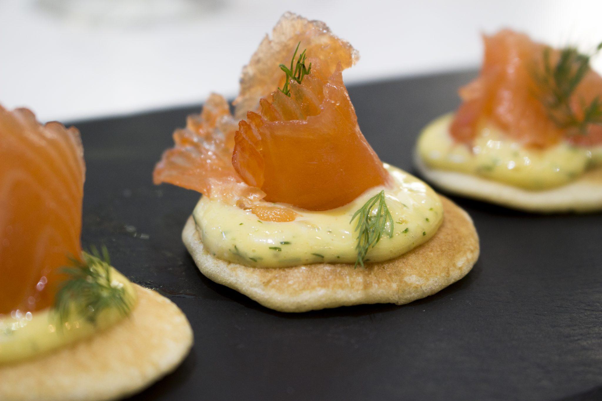 Curso de técnicas básicas de la Escuela de cocina TELVA - Programa - Salmon marinado con blinis