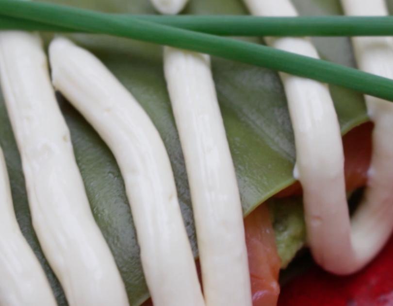 Lasaña fría de salmón, aguacate y mayonesa
