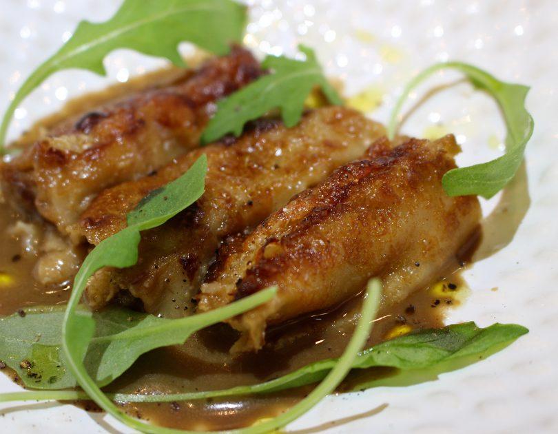 Canelones de manzana y foie con salsa de boletus