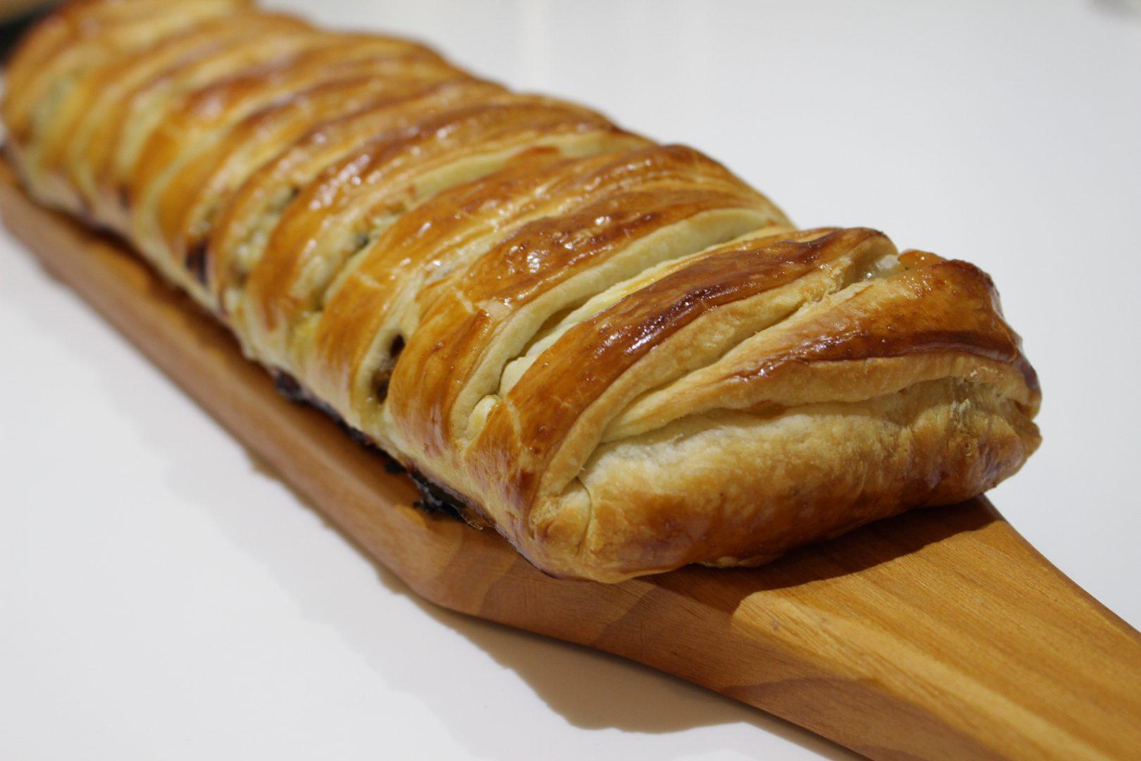 Trenza de hojaldre con cebolla caramelizada y queso azul