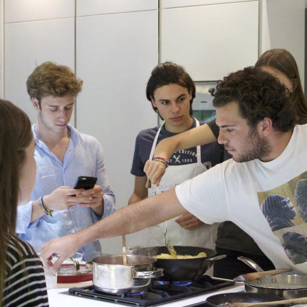 Jovenes Escuela de Cocina TELVA