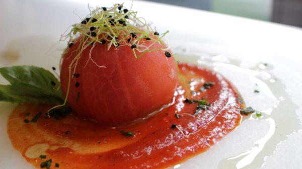 Tomates rellenos con mousse de ventresca sobre crema pimientos Escuela de Cocina TELVA