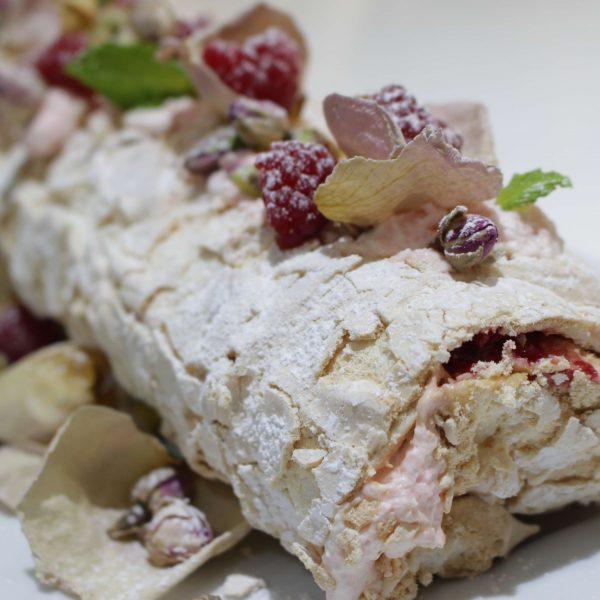 Brazo de gitano de merengue con petalos y aroma de rosas Escuela de Cocina TELVA