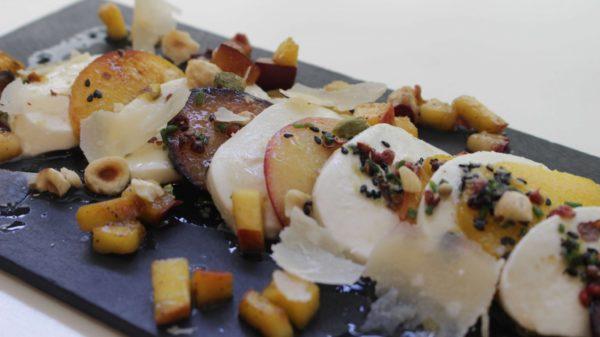 Ensalada fria con mozarella y frutas frescas a la parrilla Escuela de cocina telva