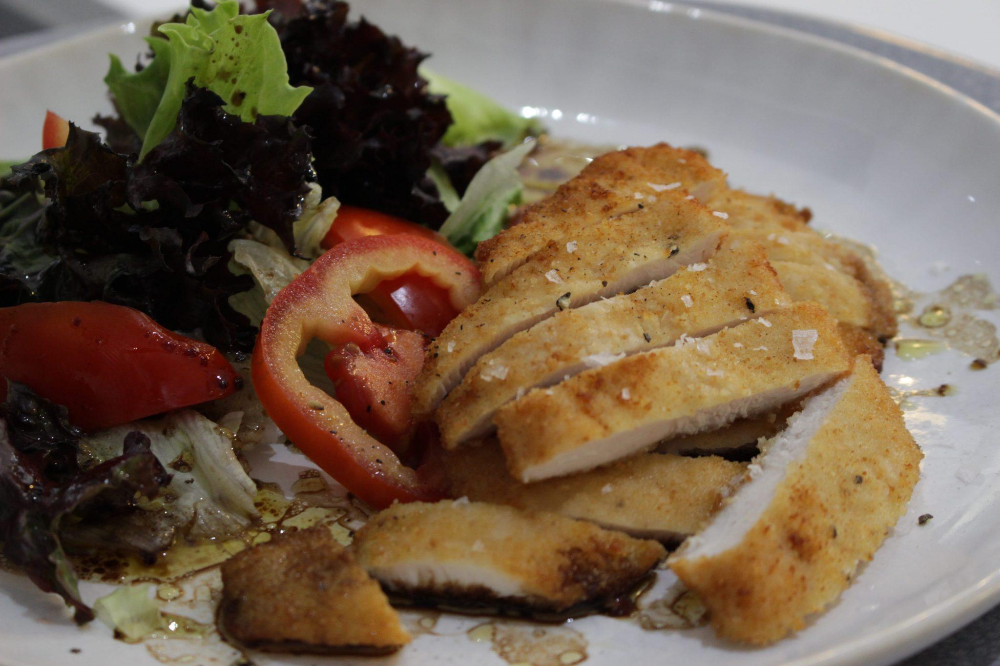 Pollo empanado con ensalada de lechuga y tomate con vinagreta Escuela de Cocina TELVA